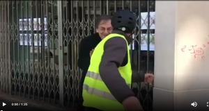 Il filosofo ebreo francese Alain Finkielkraut assalito dai gilet gialli a Parigi