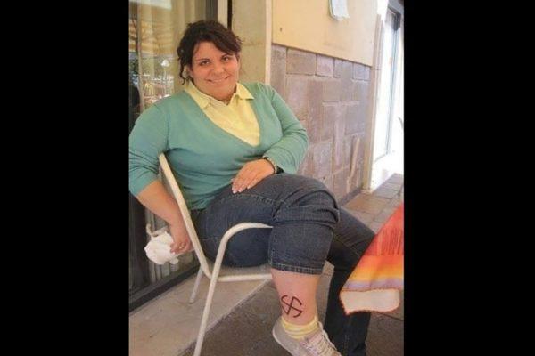 Marika Poletti con una svastica sul polpaccio