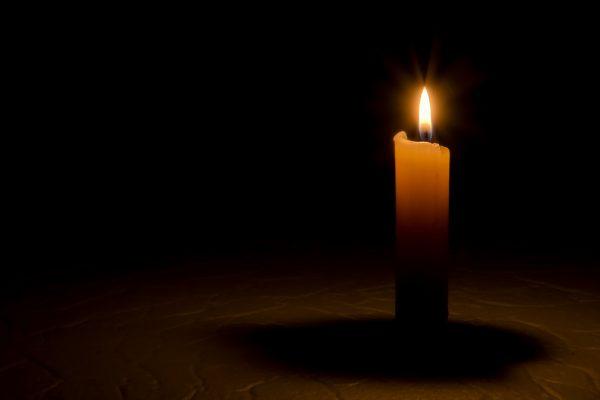 Una candela che brucia