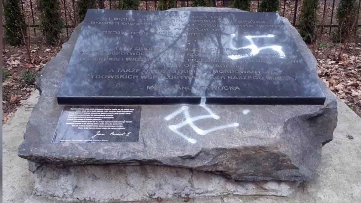 Il monumento a Otock, in Polonia, vandalizzato con svastiche