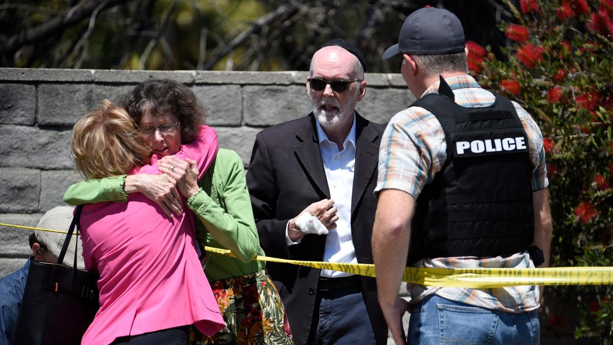 L'esterno della sinagoga di San Diego dopo l'attacco antisemita del 27 aprile