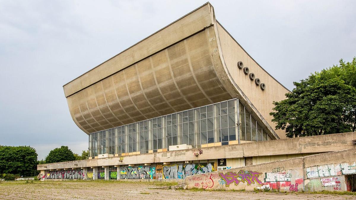 Il palazzetto dello sport sovietico costruito su un antico cimitero ebraico a Vilnius