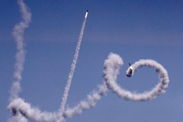 Un missile lanciato da Gaza visto dal villaggio israeliano di Netiv Ha'asara (Jack Guez/AFP)