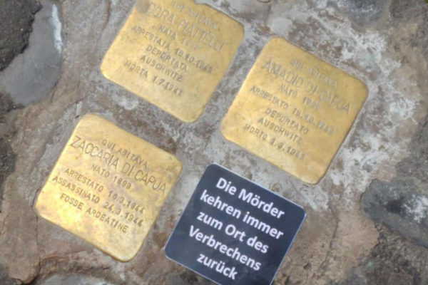 La pietra d'inciampo a Roma vandalizzata con un adesivo in tedesco
