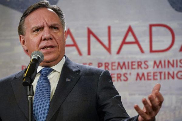 François Legault, premier del Quebec, ha approvato una legge che vieta agli impiegati pubblici di portare simboli religiosi