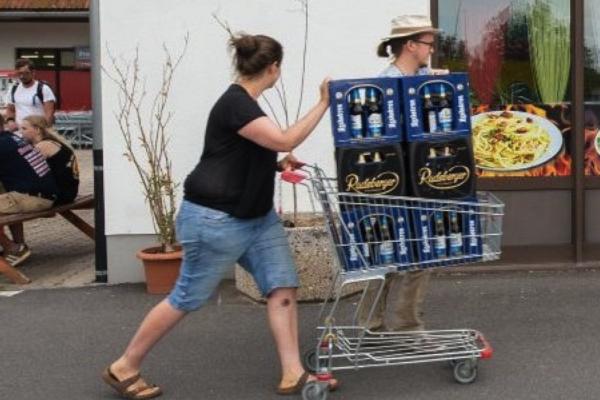 cittadini di Ostritz comprano la birra per boicottare il concerto neonazista