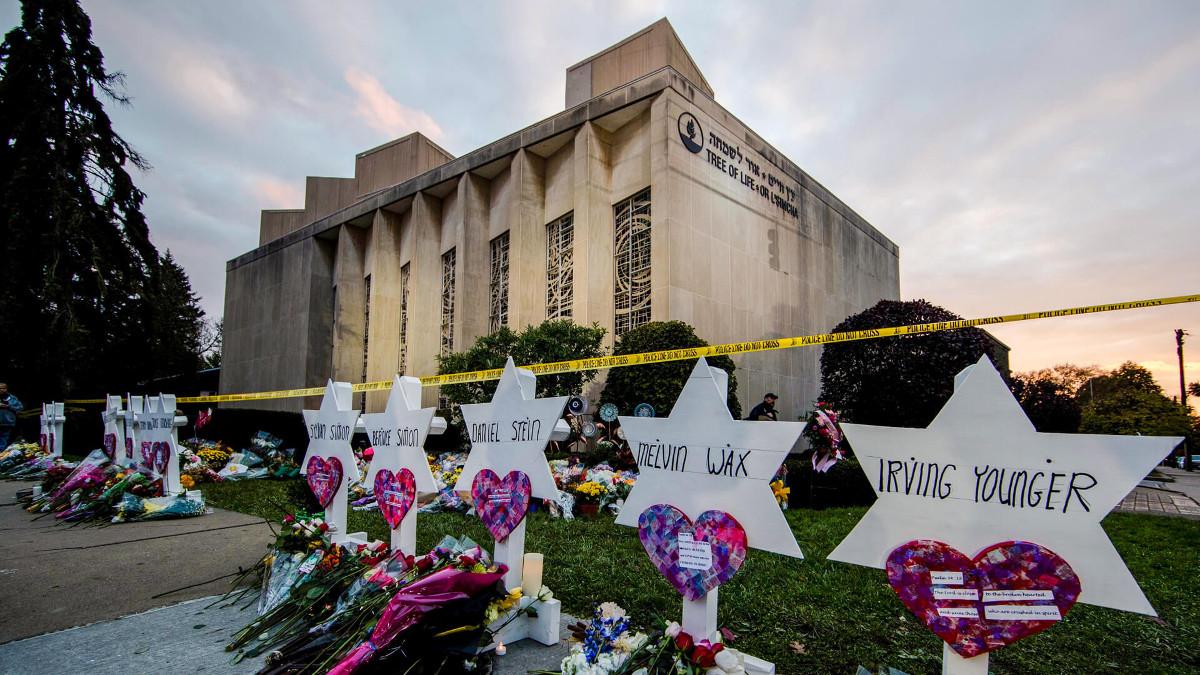 Fiori in onore degli assassinati nella sinagoga di Pittsburgh