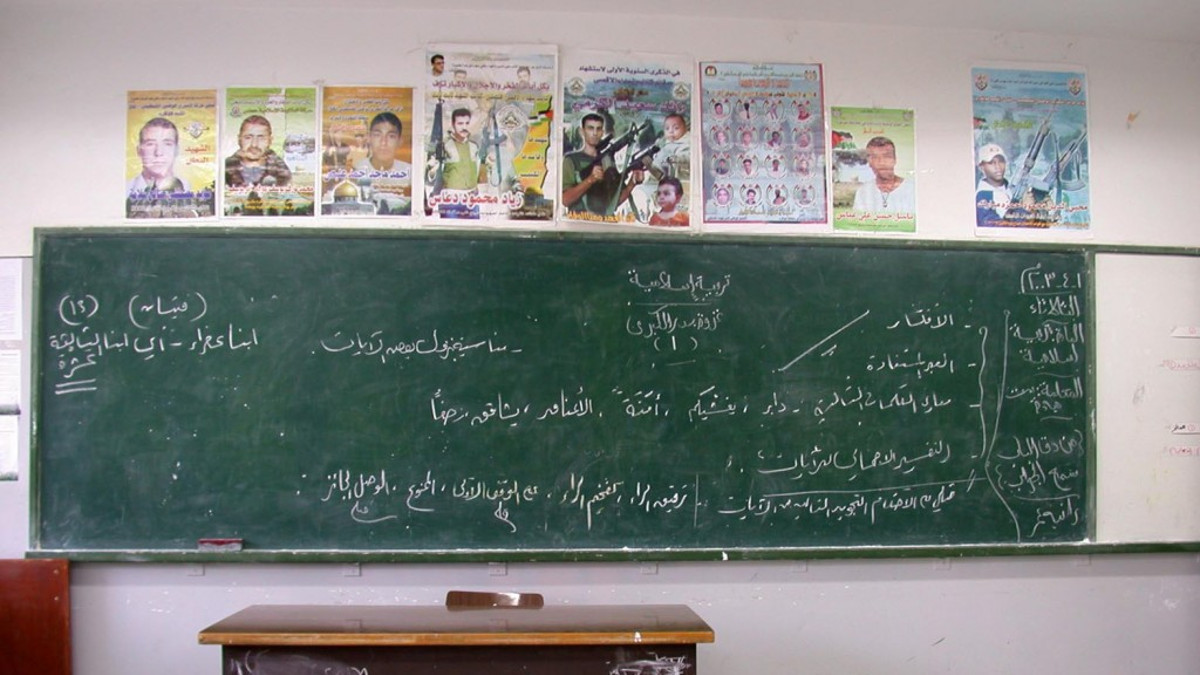 Poster di terroristi palestinesi suicidi in una scuola di Tul Karem