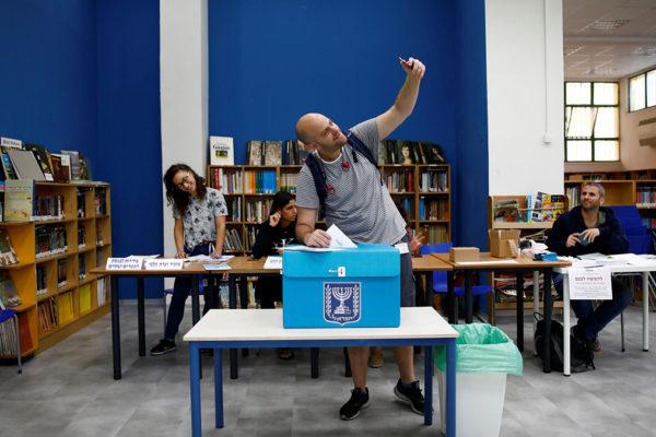 Un elettore all'urna elettorale vota per il nuovo governo israeliano
