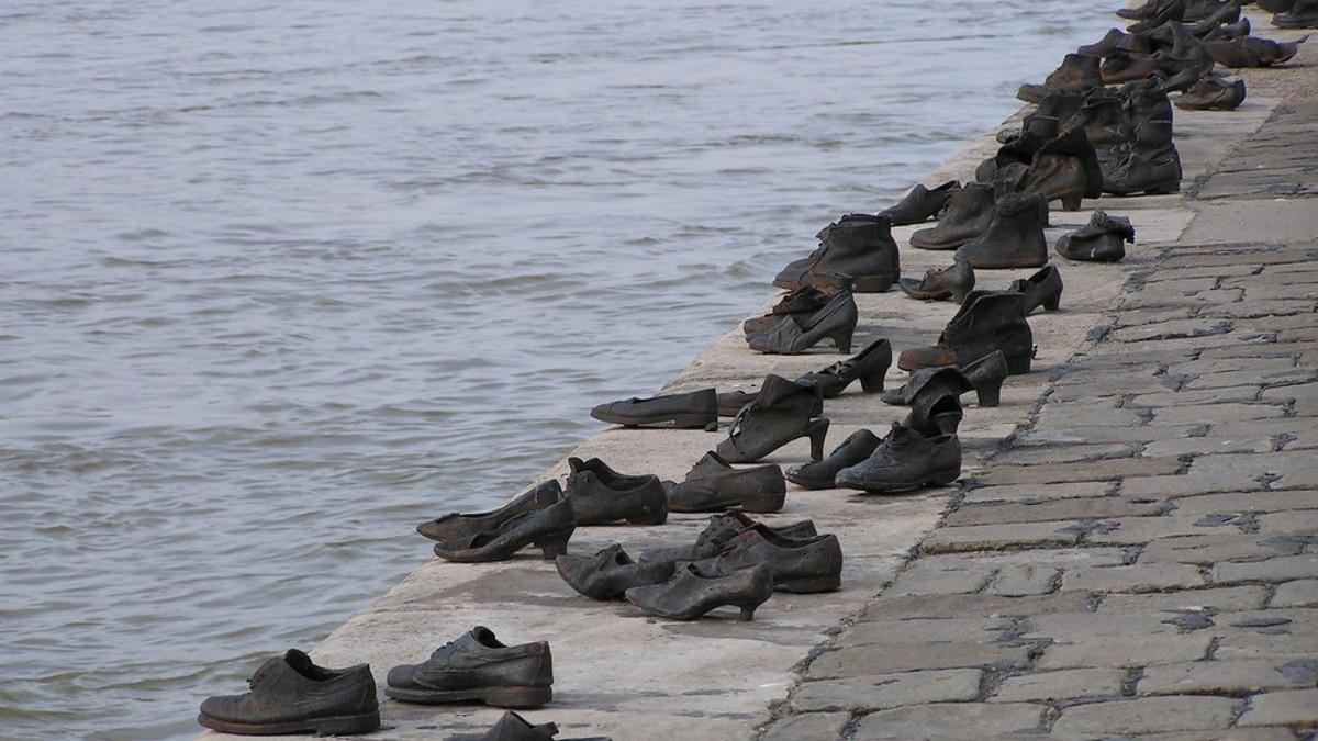 Il monumento delle scarpe sulla riva del Danubio a Budapest