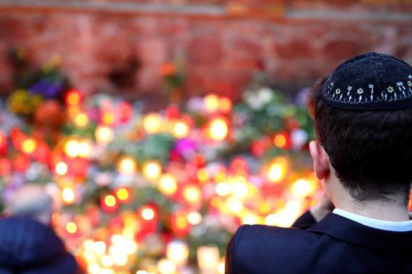 Un ragazzo ebreo davanti alla sinagoga di halle dopo l'attacco del 9 ottobre