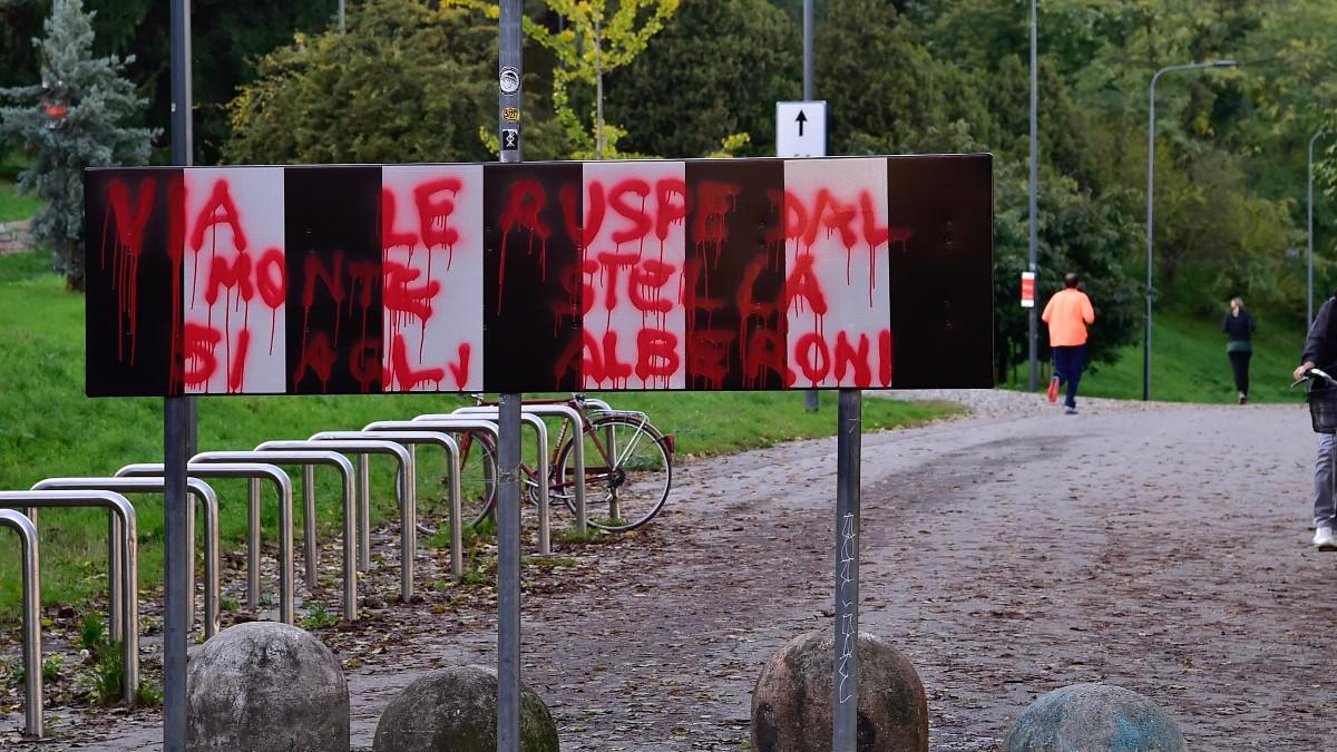 Il Giardino dei Giusti di Milano deturpato da scritte