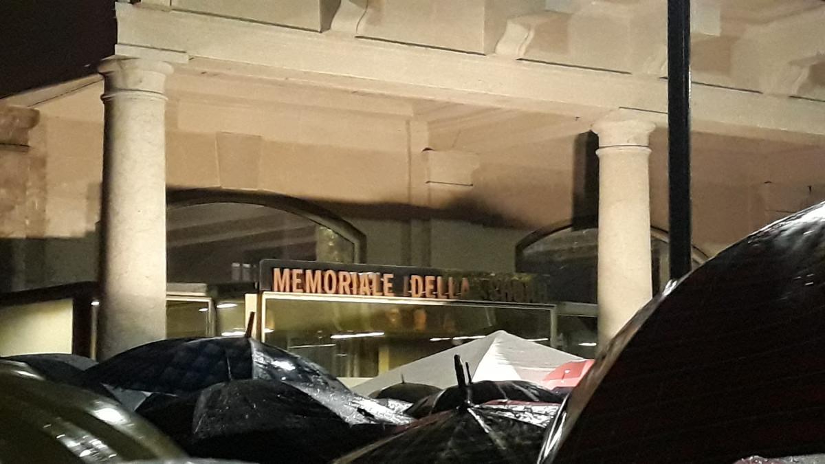 Il presidio 'Milano non odia' davanti al Memoriale della Shoah di Milano l'11 novembre 2019