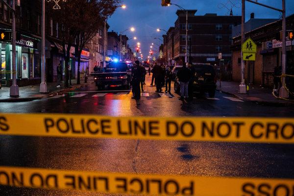 Polizia a Jersety City davanti al supermercato kosher dopo la sparatoria