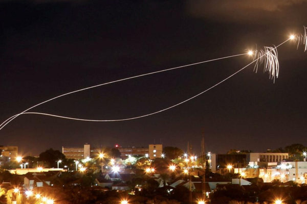 L'Iron Dome intercetta il missile lanictao da Gaza su Ashkelon il 25 dicembre