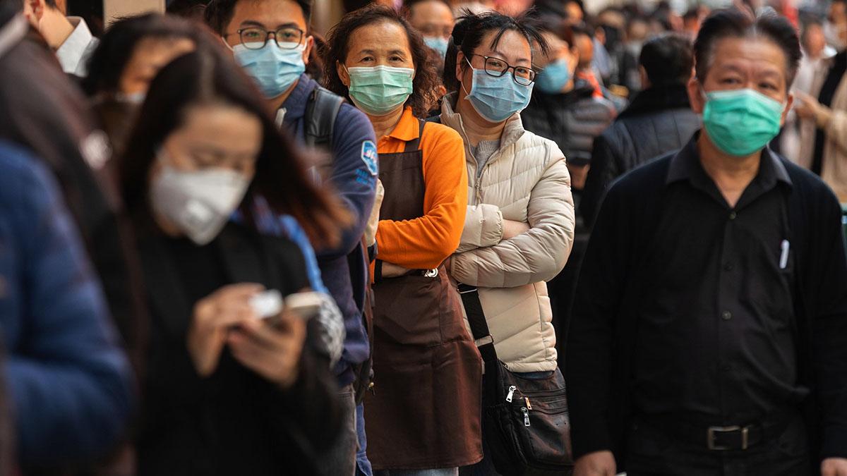 Cinesi con mascherine contro coronavirus fuori dalle farmacie a Honk Kong