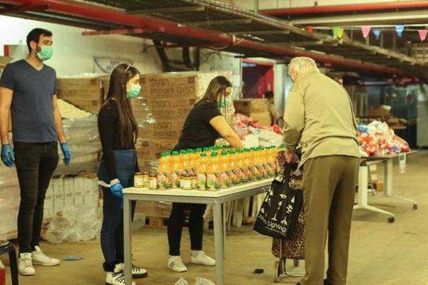Giovani israeliani preparano aiuti per gli anziani