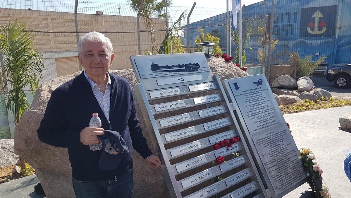 Jossi Oskar a Eilat davanti al monumento per le vittime dell'incidente del 1970