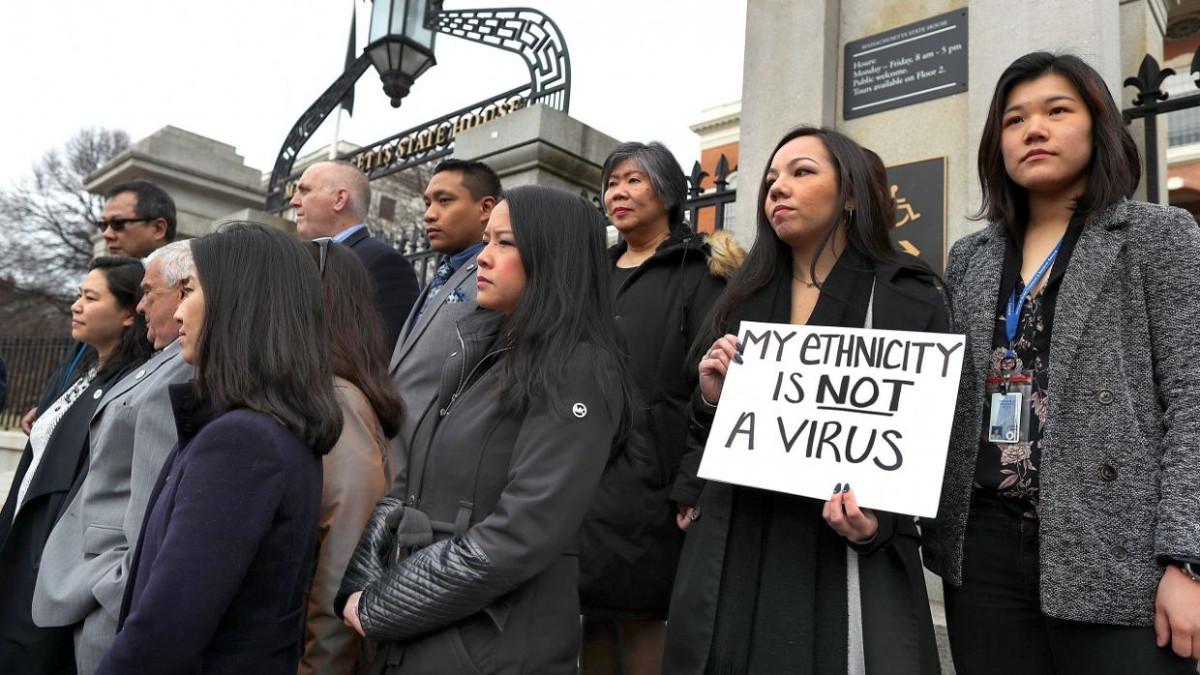 Persone manifestano contro le derive di xenofobia e antisemitismo legate al coronavirus