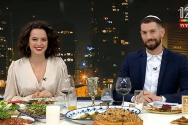 I conduttori di Channel 12 durante il Seder trasmesso online