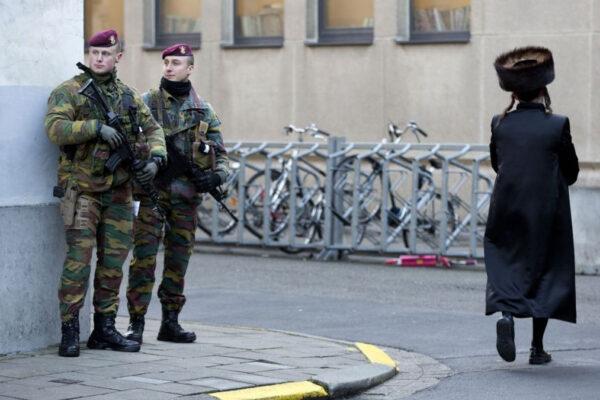 Militari e un ebreo ortodosso ad Anversa in Belgio