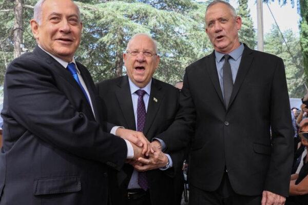 Da sinistra, Beniamin Netanyahu, Reuven Rivlin e Benny Gantz