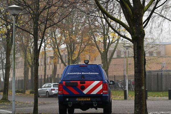Polizia davanti a una delle due scuole ebraiche ad Amsterdam