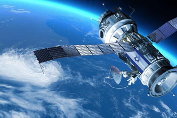 foto di un satellite israeliano e del pianeta terra