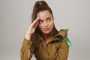 La cantante Noa Kirel con la divisa dell'esercito israeliano