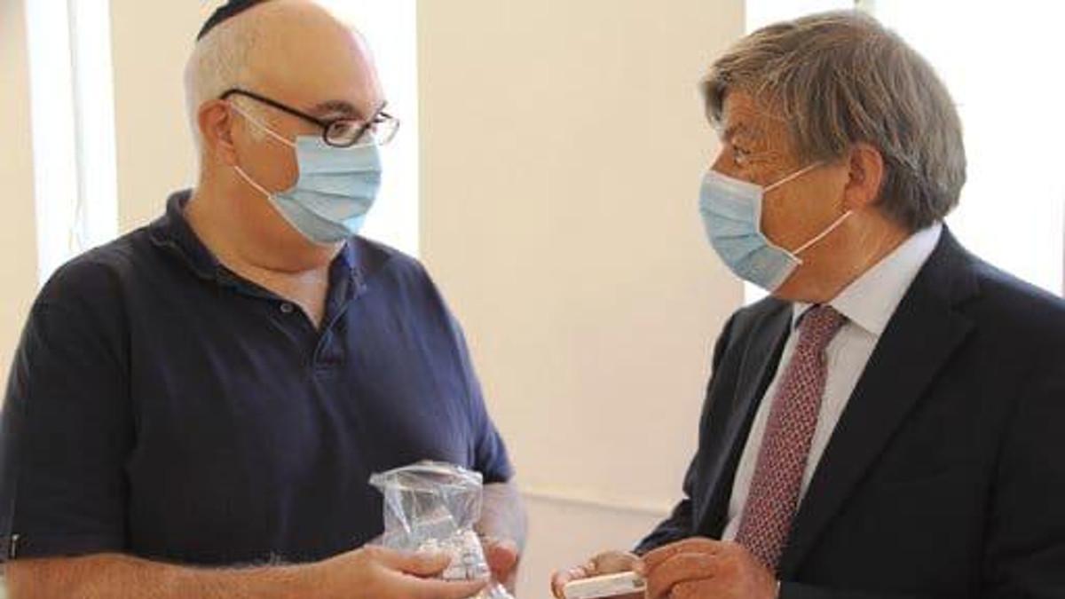 Da sinistra Alfonso Sassun e Milo Hasbani fanno l'esame pungidito