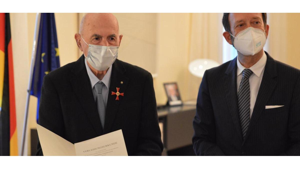 Sami Modiano riceve il premio dall'ambasciatore tedesco Ebling