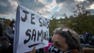cartello con la scritta Je suis Samuel