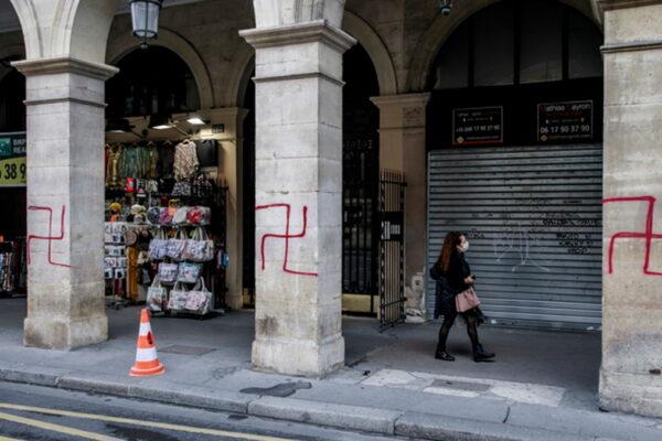 Svastiche su un palazzo in rue de Rivoli a Parigi