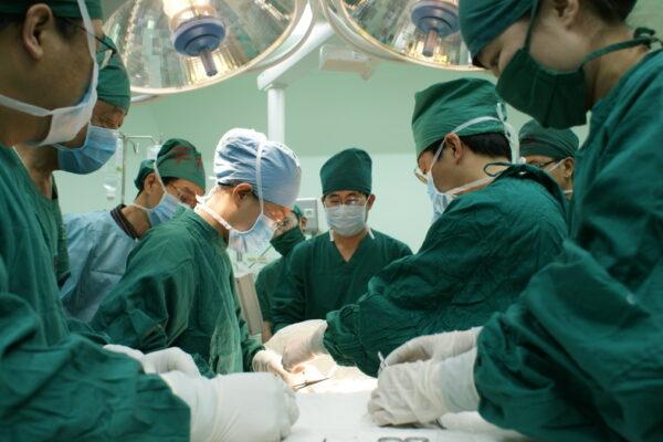 Personale sanitario durante un'operazione