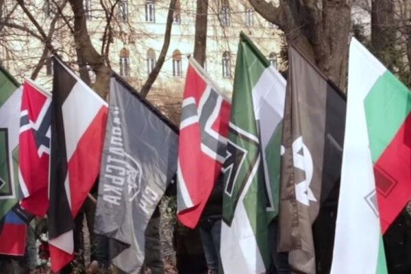 Bandiere di gruppi di estremisti di destra e neonazisti