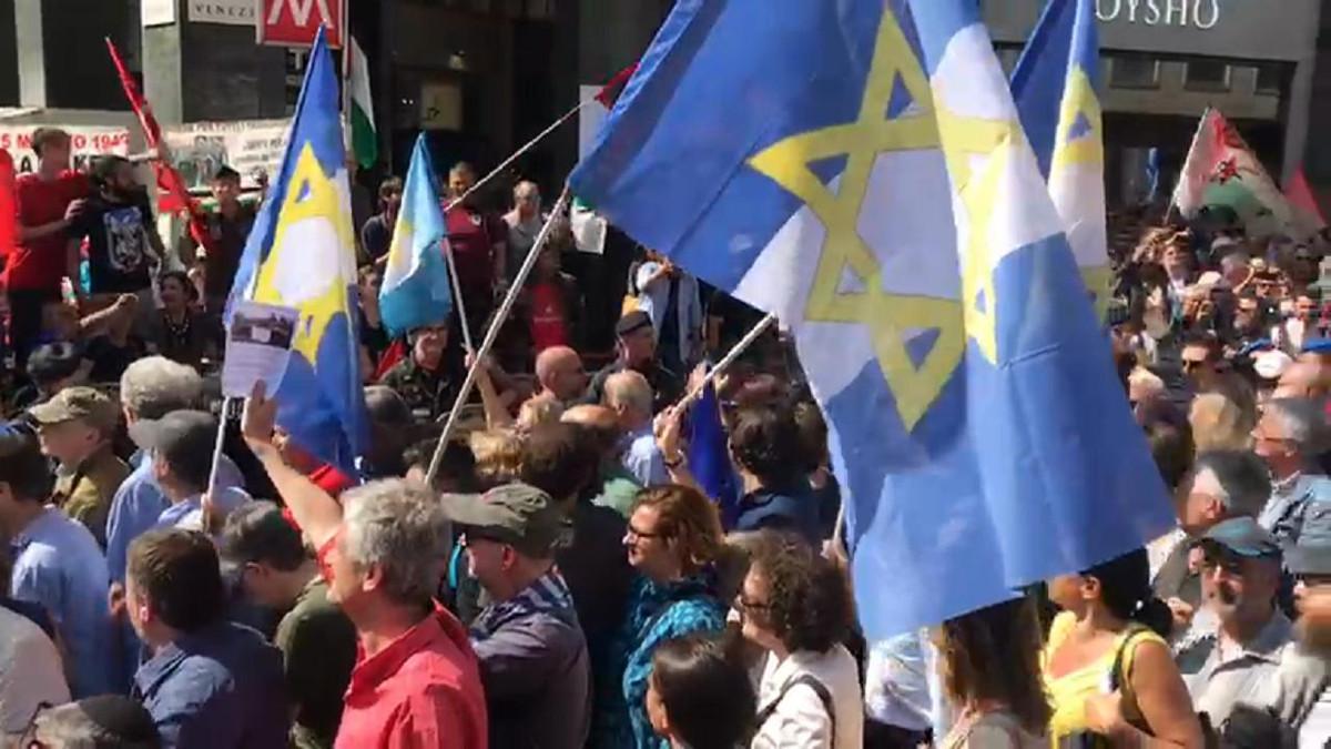 Bandiere della Brigata Ebraica al corteo del 25 aprile a Milano