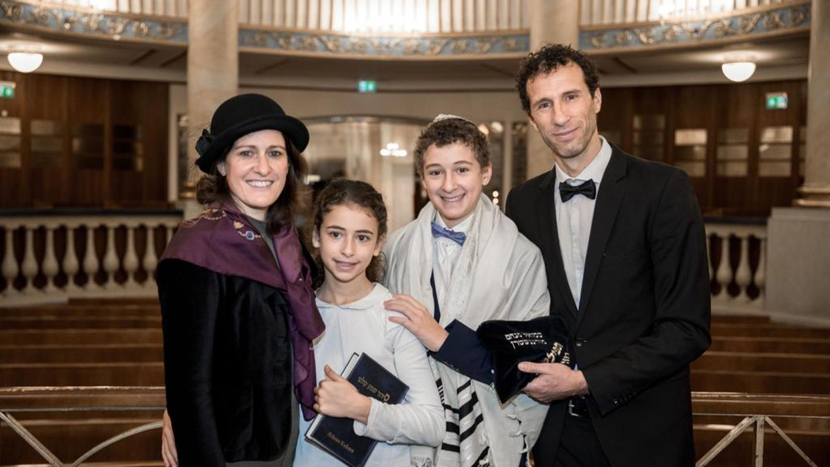 Jamsin Freyer e il marito Ouriel con i figli nella sinagioga Stadttemple di Vienna ((©riproduzione riservata)