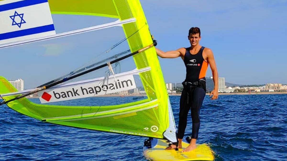 Il campione israeliano di windsurf Yoav Cohen