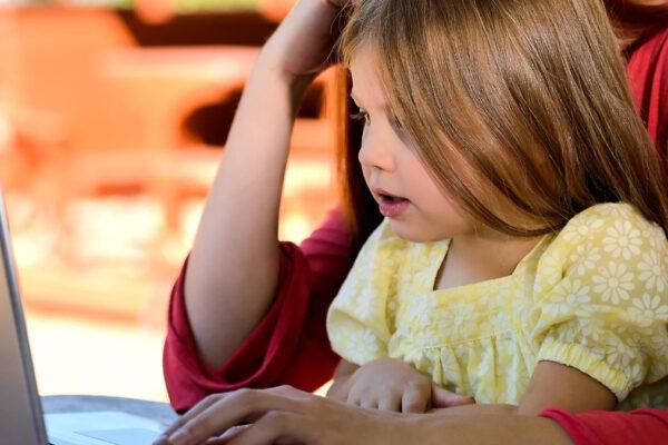 Bambina davanti al computer