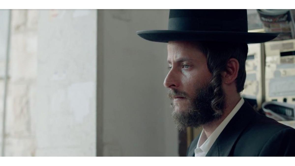L'attore Michael Aloni nella terza stagione di Shtisel