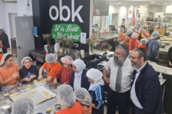 bambini di diverse fedi cucinano in Australia