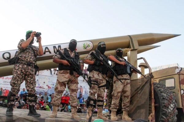 Palestinesi con razzi di Hamas