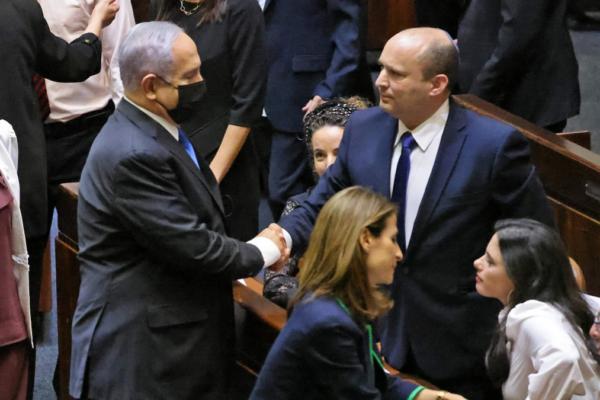 Netanyahu stringe la mano al neoeletto Bennett