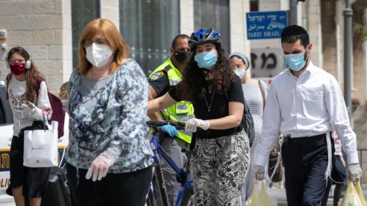 israeliani con la mascherina: crescono i contagi per la variante indiana