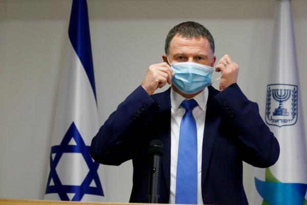 Il ministro Yuli Edelstein mette la mascherina