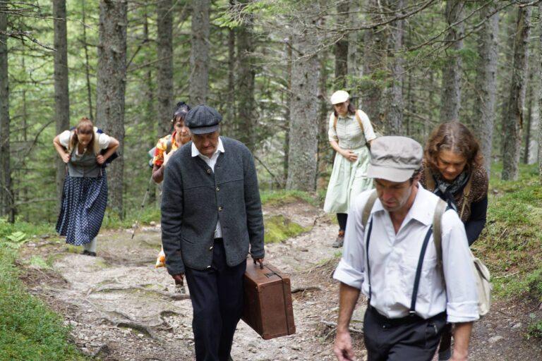 Alcuni partecipanti alla rappresentazione teatrale dell'esodo ebraico nella valle Krimml