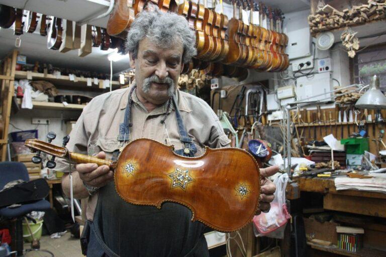 Il liutaio Amnon Weinstein ha recuperato molti violini appartenuti a vittime della Shoah