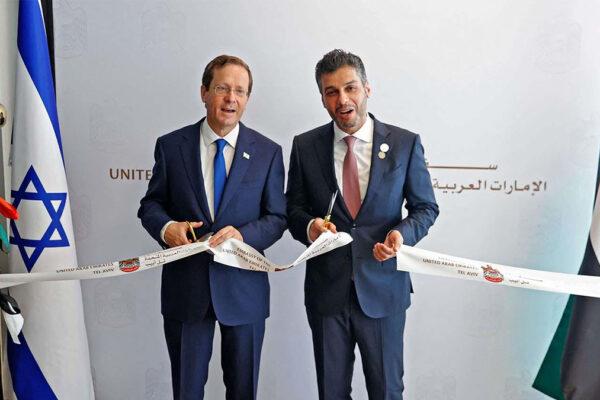 Inaugurazione dell'ambasciata degli emirati a Tel aviv: il presidente israeliano Herzog e l'ambasciatore emiratino Mohamed Al Khaja