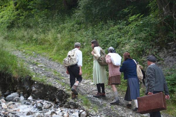 Una scena della rappresentazione fra le montagne dell'esodo alpino dei sopravvissuti alla Shoah