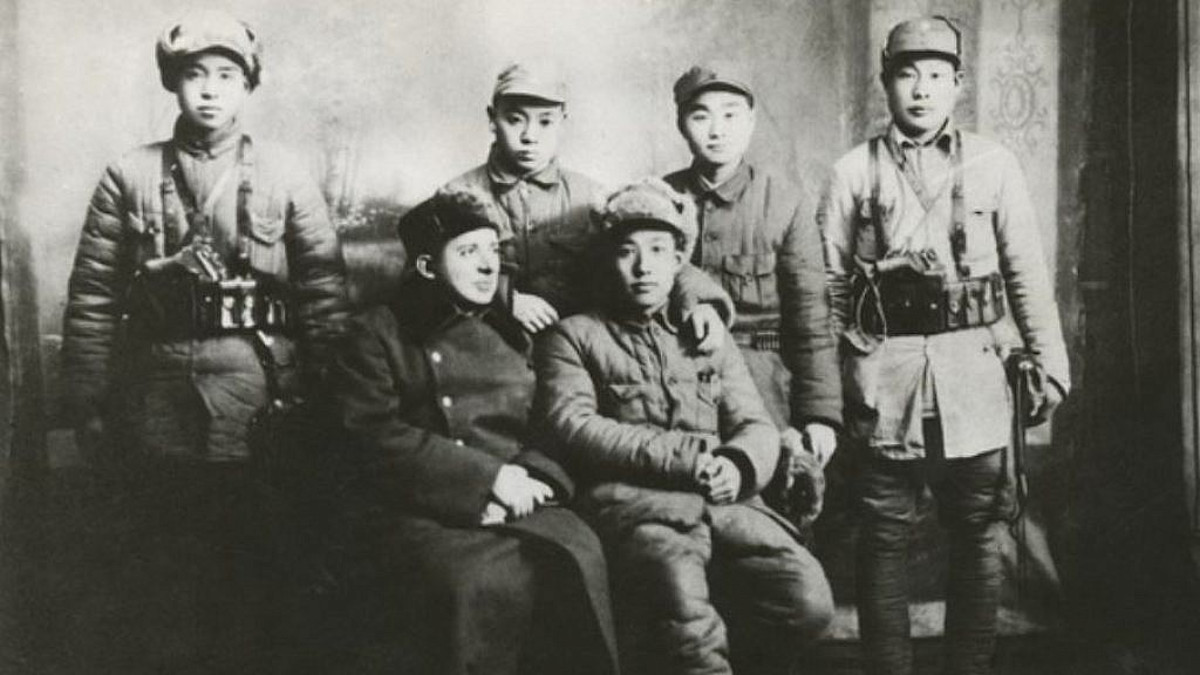 Il medico ebreo Jakob Rosenfeld con militanti della rivoluzione popolare cinese